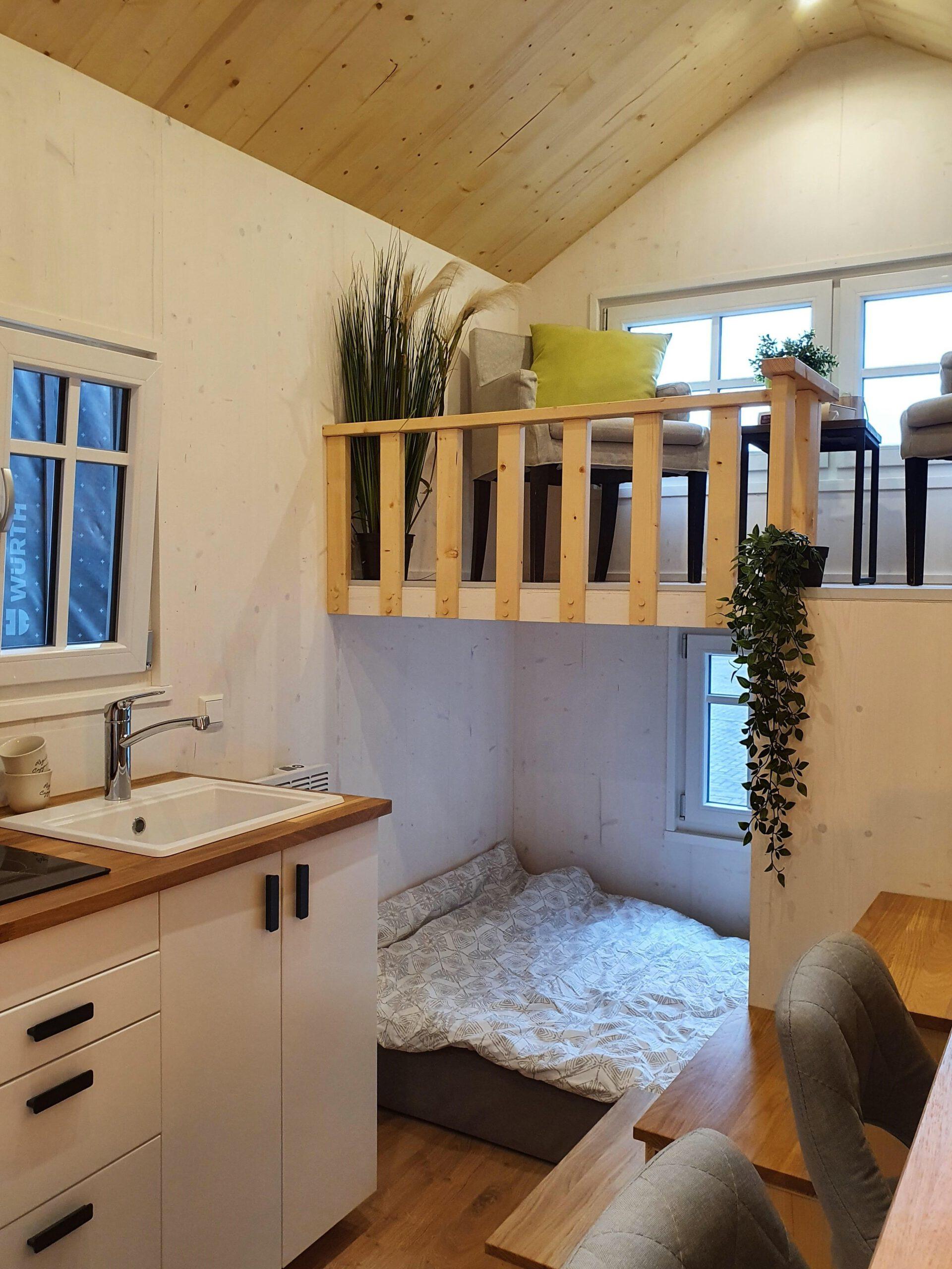 Blick auf Küchenzeile und Bett der Ahse
