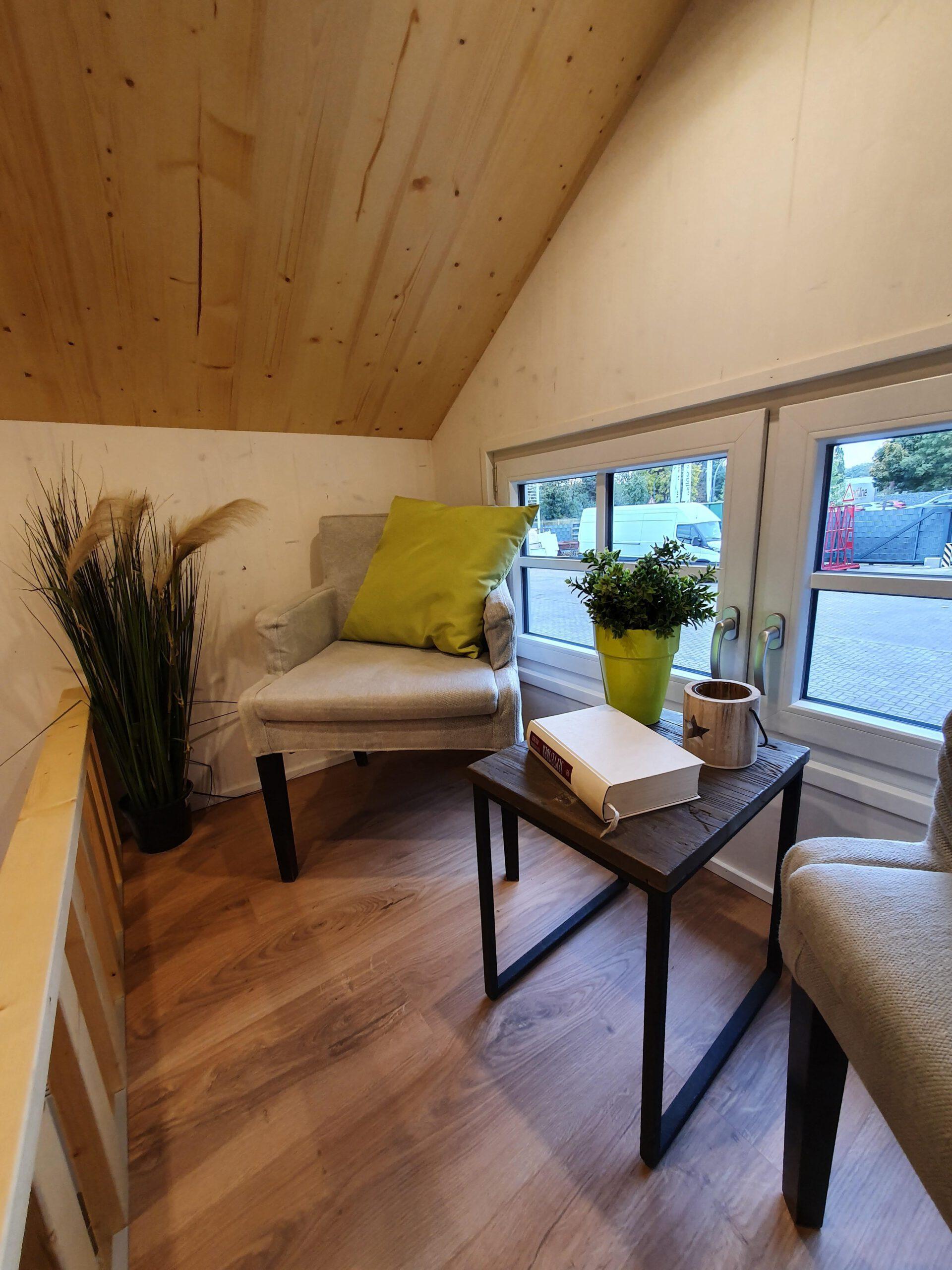 Wohnbereich im Loft mit Sesseln und kleinem Tischchen