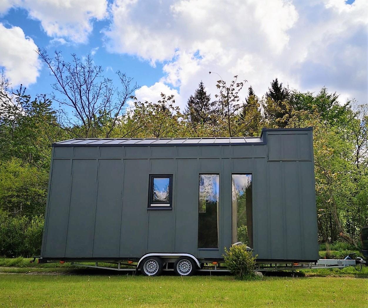 Das Tiny House Bigge ist von außen in Tannengrün lackiert