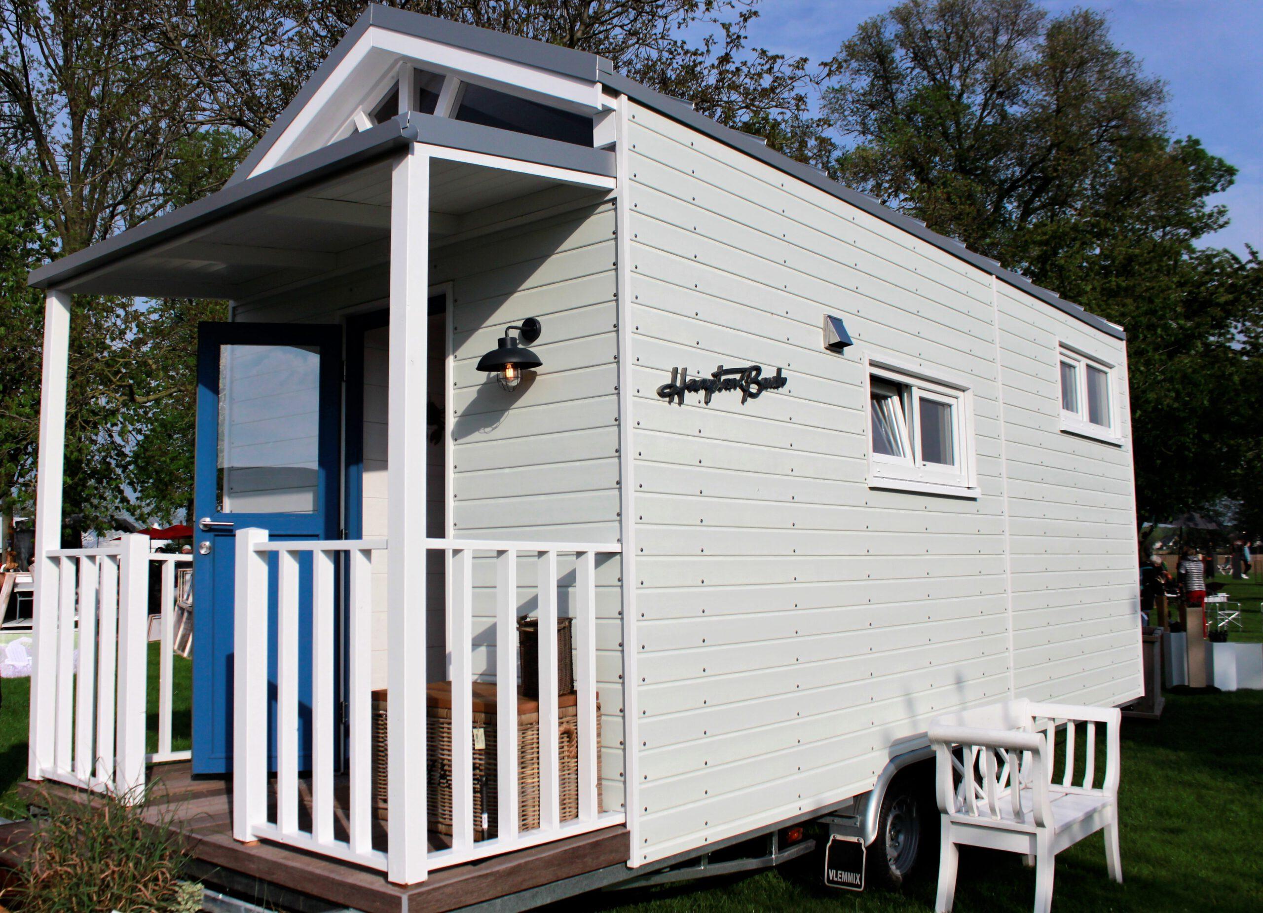 Das Äußere des Tiny Houses Ems erinnert an ein Strandhaus