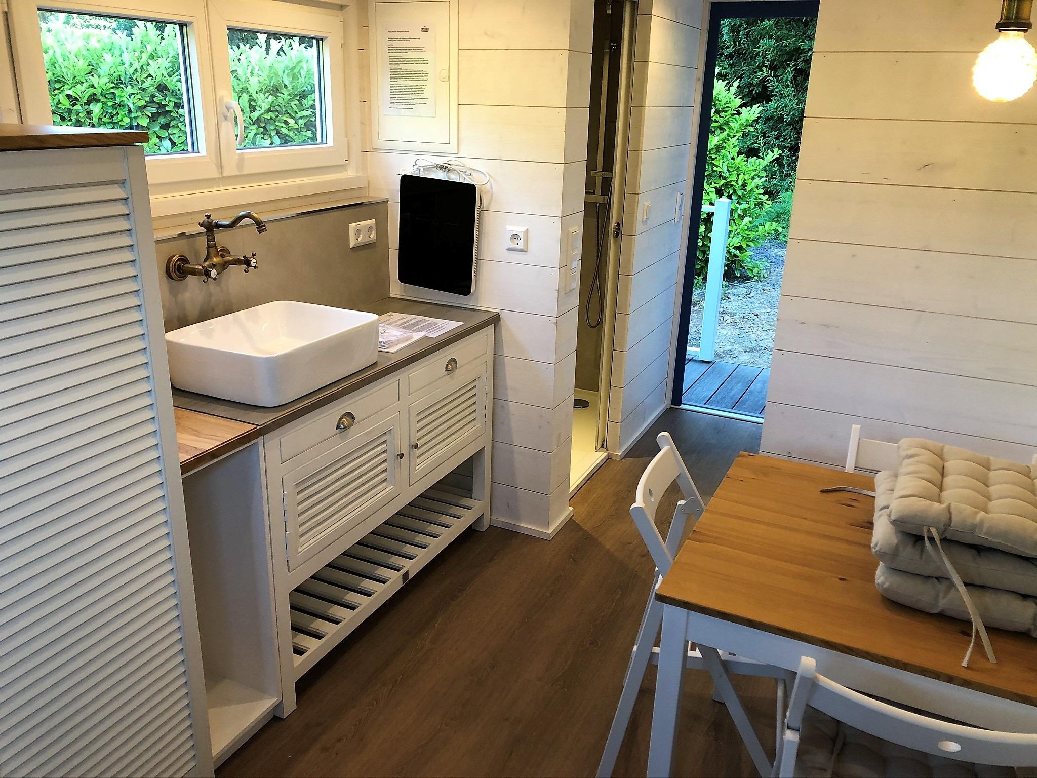 Die Küchenzeile mit großem Waschbecken und Kochplatten