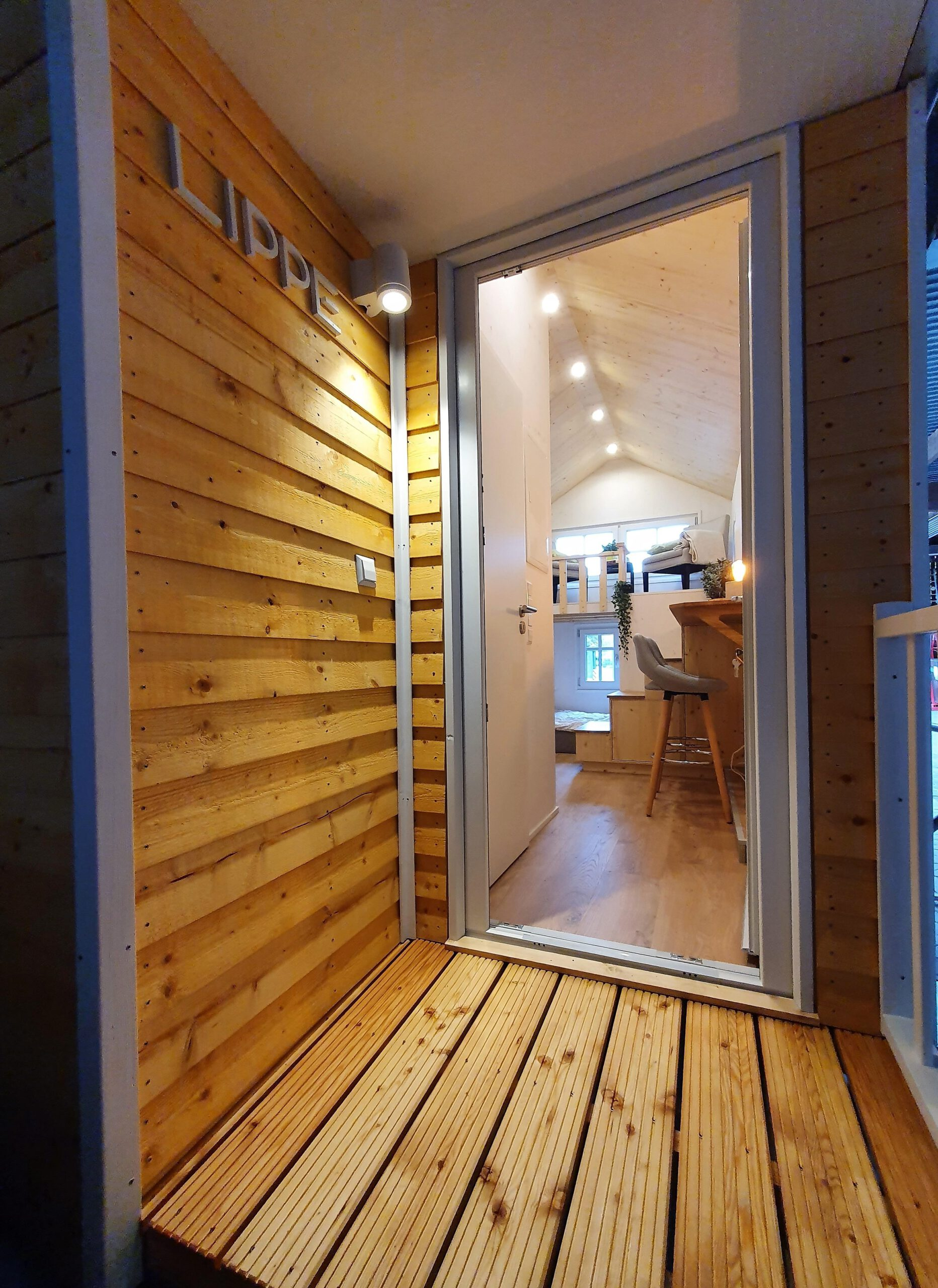 Blick durch die Haustür ins Innere des Tiny Houses Lippe