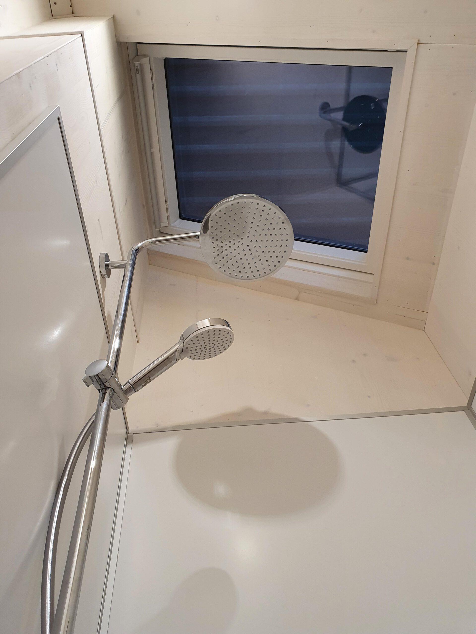Dusche mit Fenster im Dach darüber