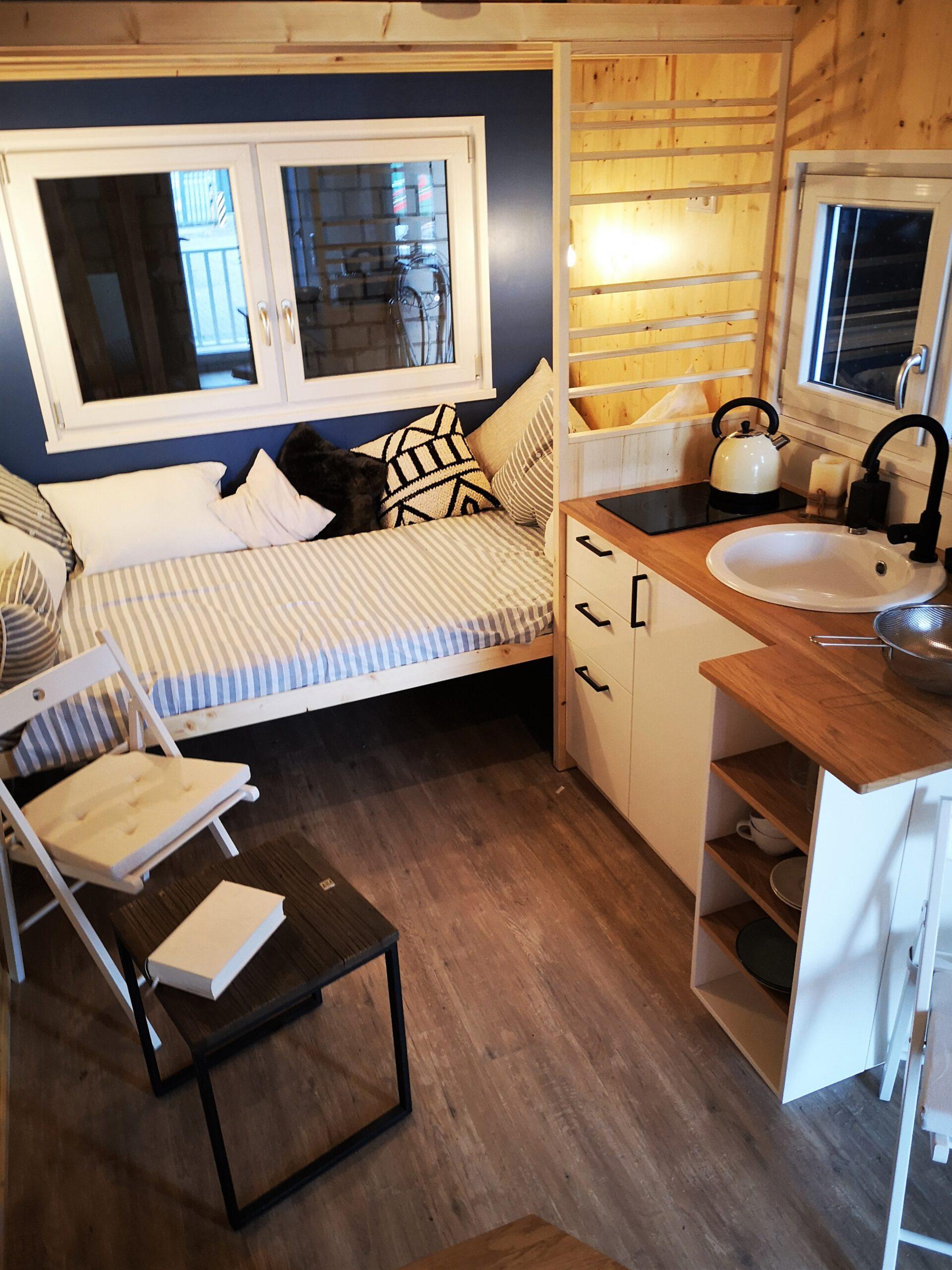 Küche, Tagesbett und Essplatz des Tiny Houses Möhne