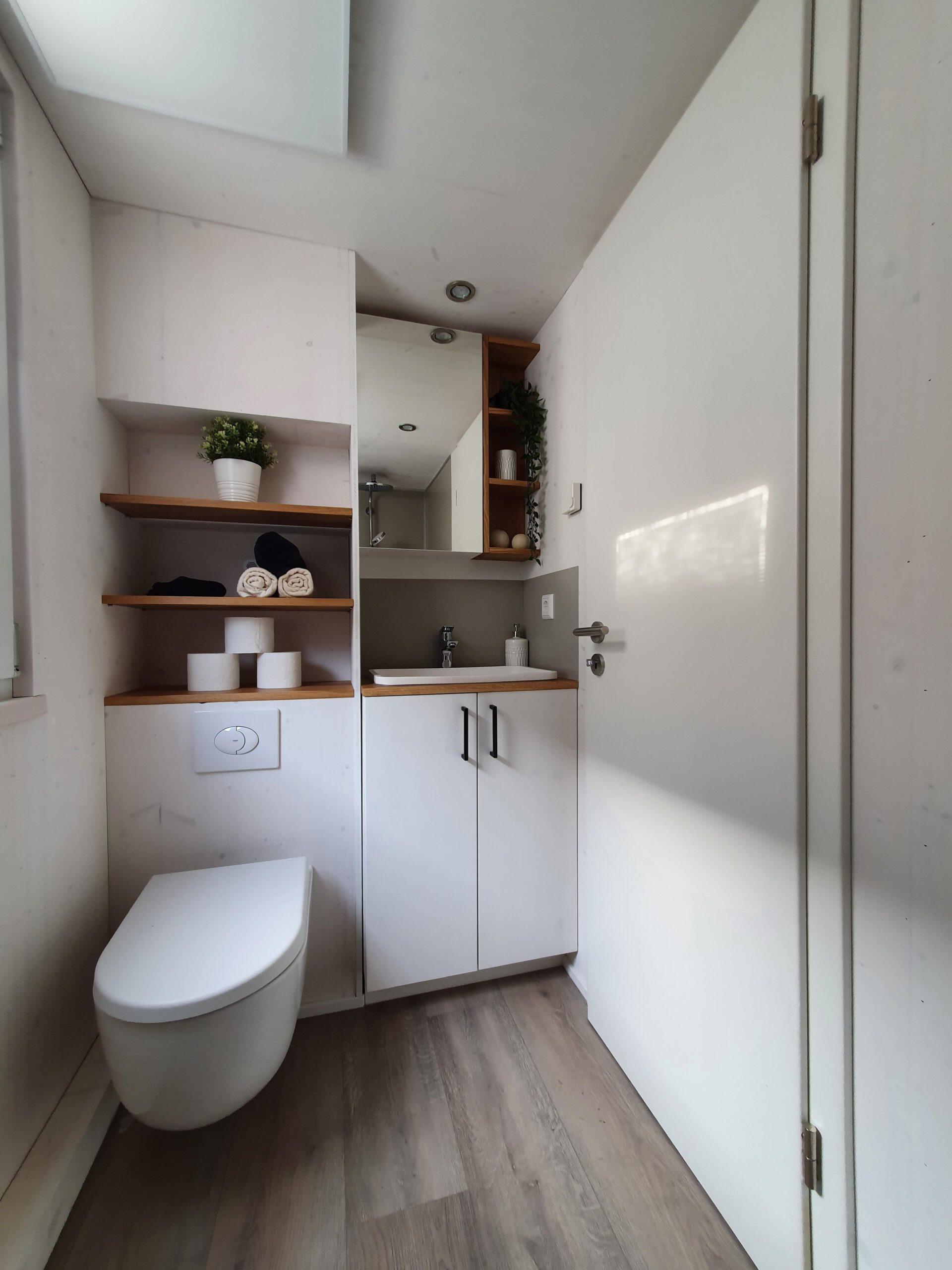 Blick ins Bad der Möhne mit WC und Waschtisch