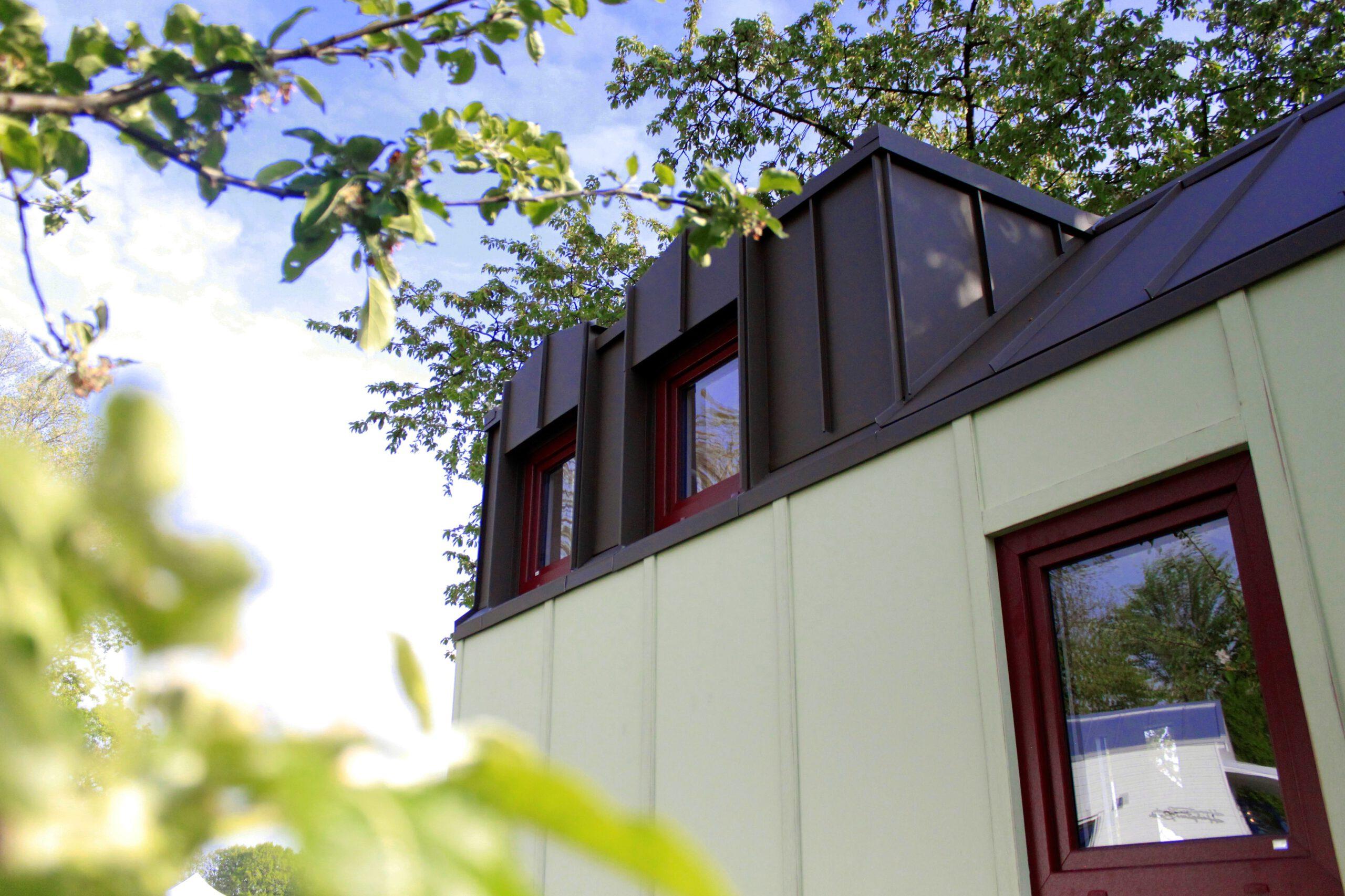 Aussenansicht auf die zwei Fenster in der Gaube des Tiny House Rhein