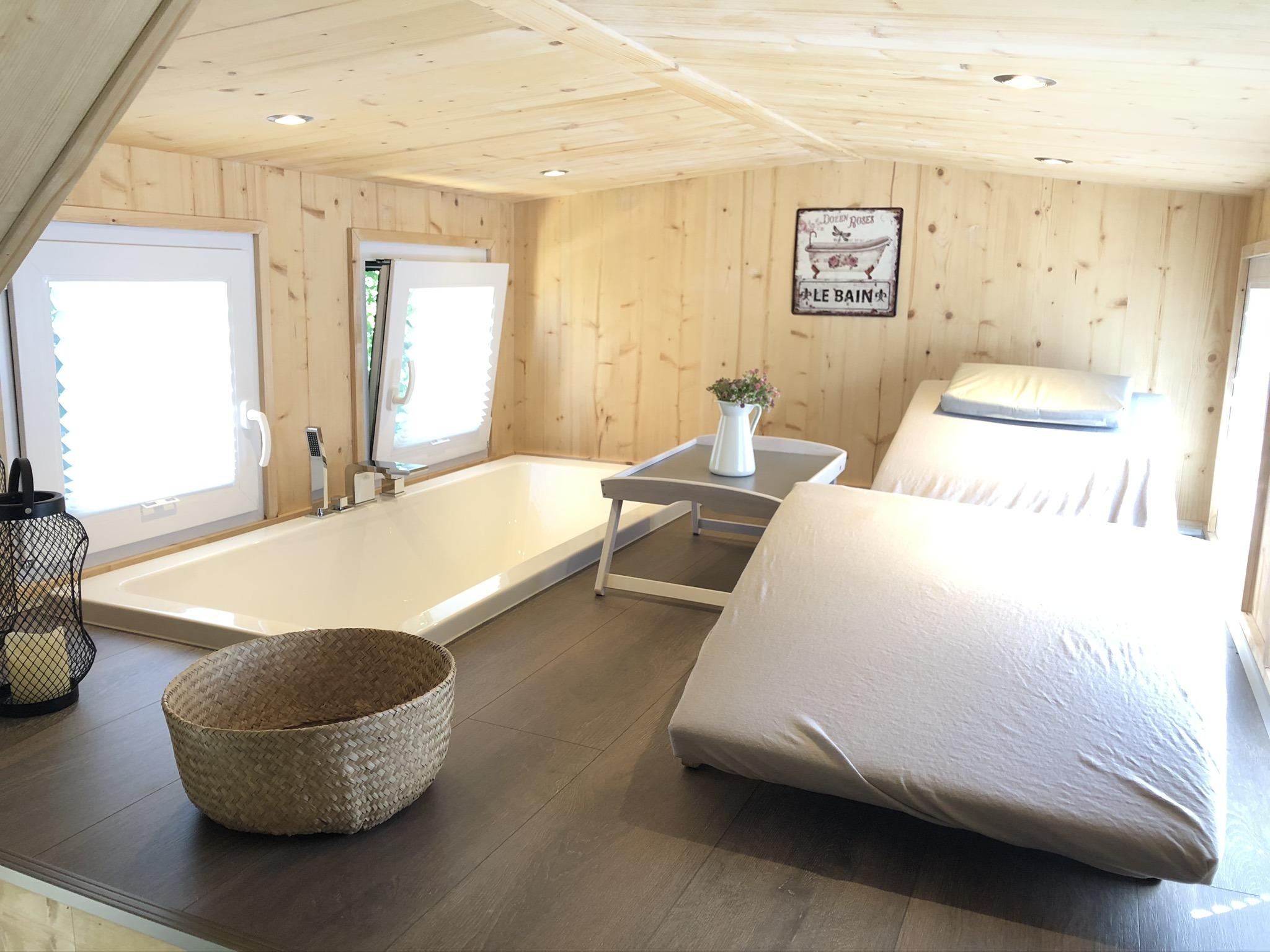 Der Wellness-Bereich unterm Dach mit Badewanne und Spa-Liege