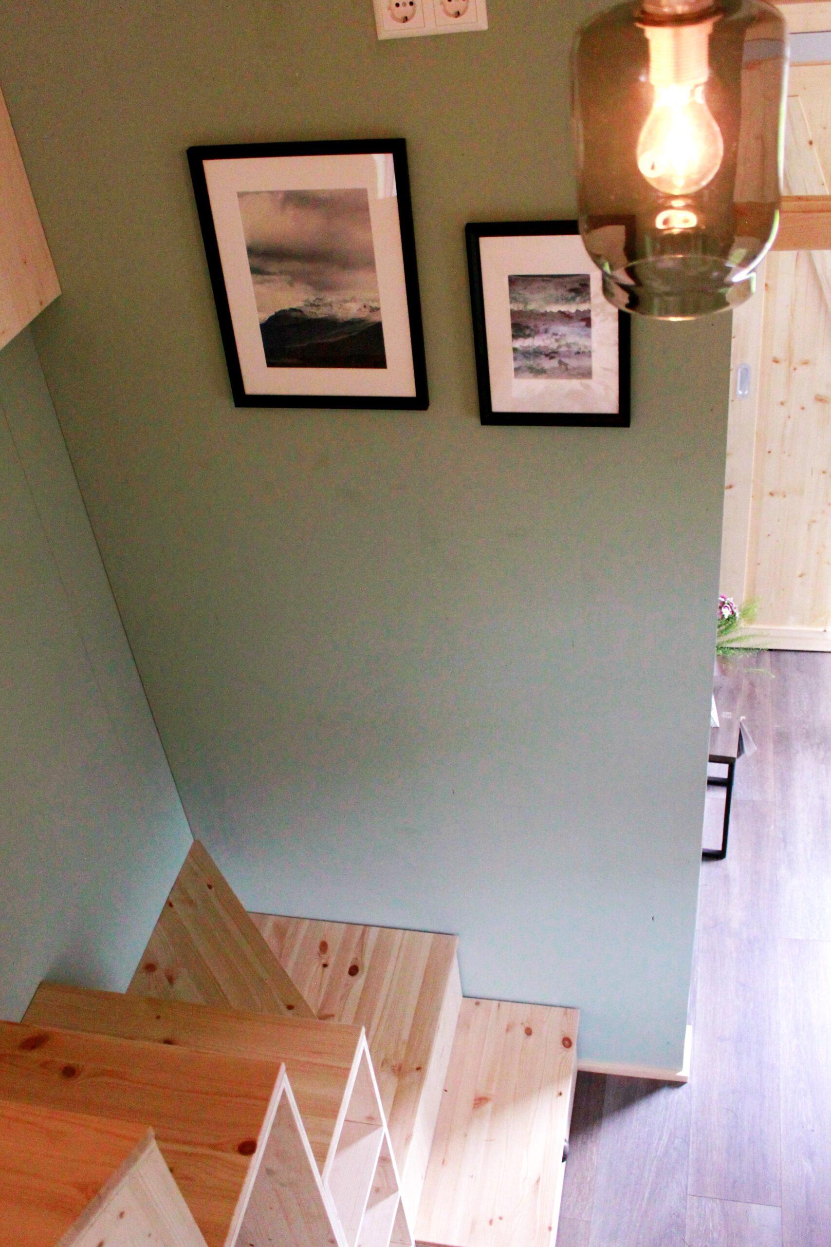 Die Treppe zur Loft-Ebene mit Stauraum unter den Stufen