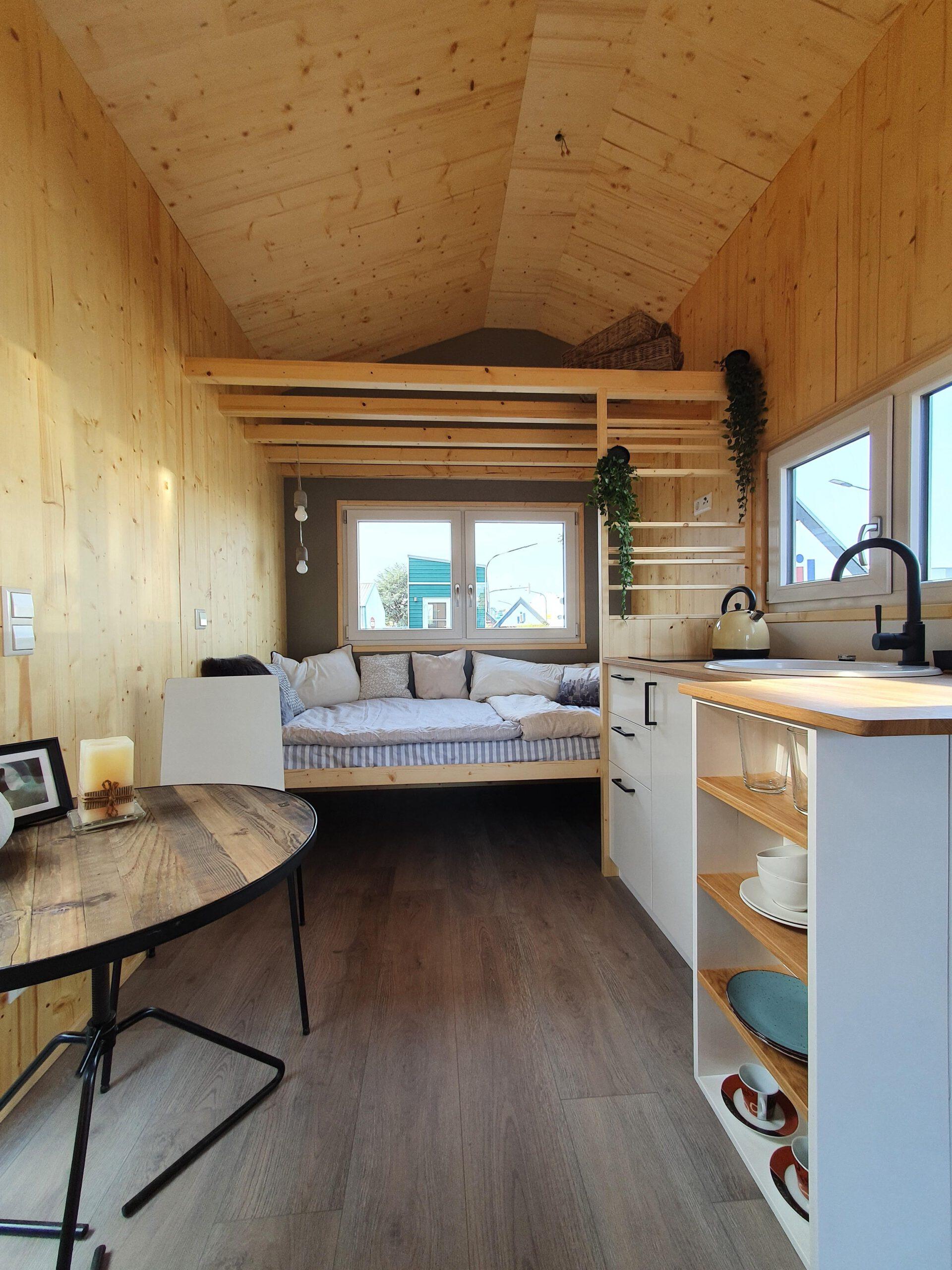 Innenraum der Ruhr mit Tagesbett, Essplatz und Küche