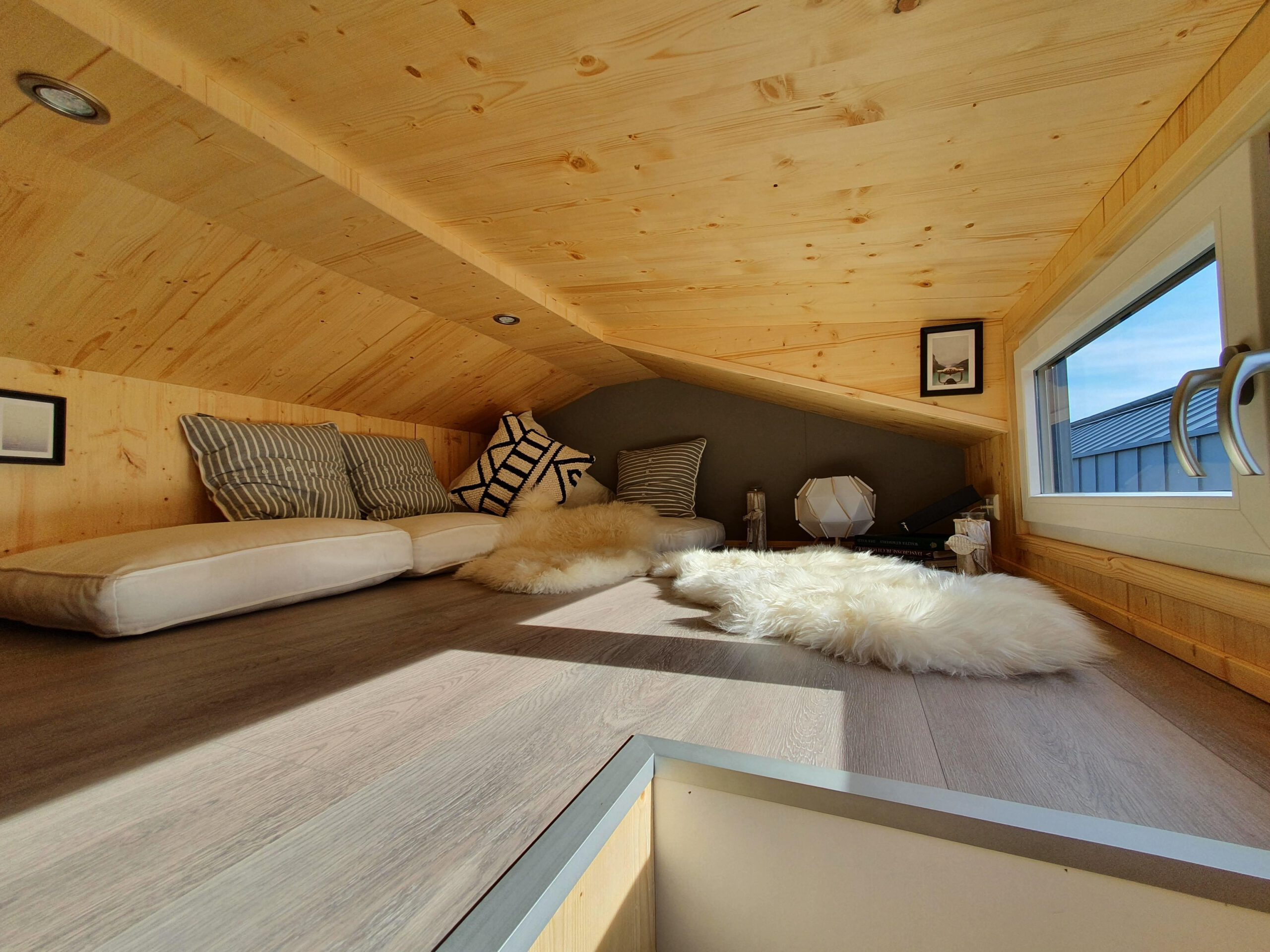 Die Loft-Ebene des Tiny Houses mit Fenster